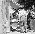 Straatverkoper van religieuze joodse objecten (onder andere keppeltjes), Bestanddeelnr 255-1810.jpg
