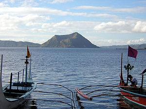 Der Taalsee mit dem Binintiang Malaki im Nordwesten von Volcano Island