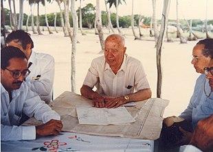 Taviani durante una ricognizione geografica sull'Isola di Saona (Rep. Dominicana), nel 1989