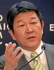 現在 外務 大臣 河野太郎外務大臣の父親は帰化人?家系図は?アトピー?妻の画像は?