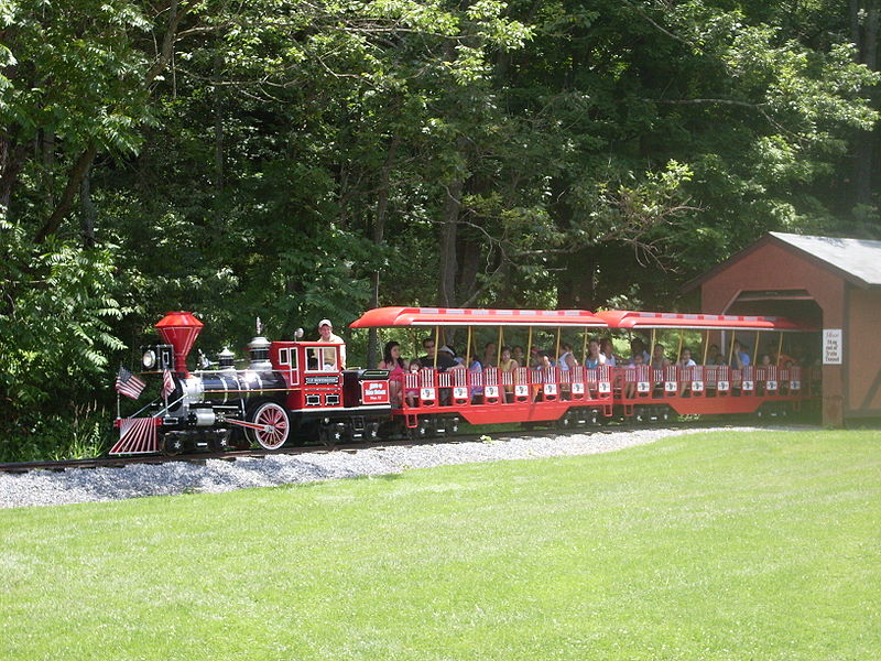 File:Train at the Land of Make Believe.jpg