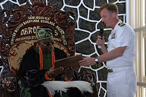 Oba (ruler) - Image: US Navy 060602 N 8637R 010 Commanding Officer USS Barry (DDG 52), Cmdr. Jeffrey Wolstenholme, presents the Oba of Nigeria, with a ship's plaque during the ship's visit