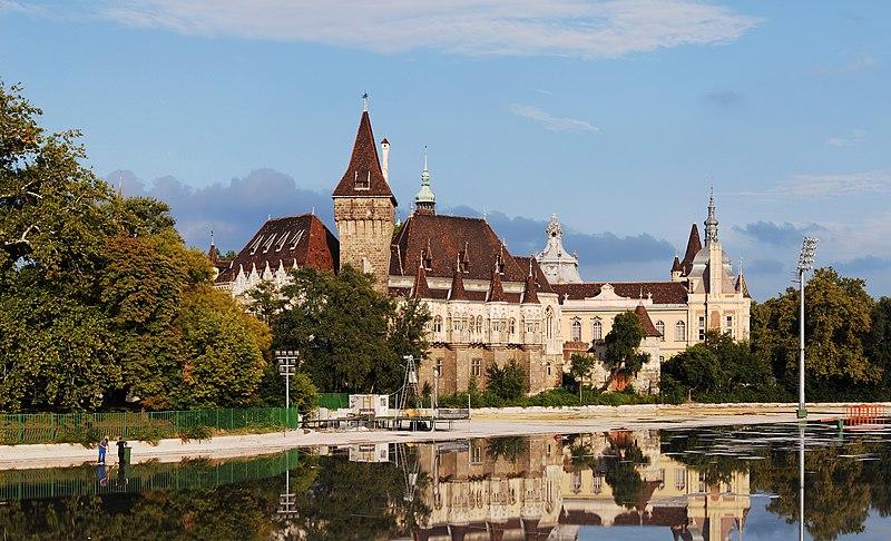 Замок Вайдахуняд у Варошліґеті, міському парку Будапешта.