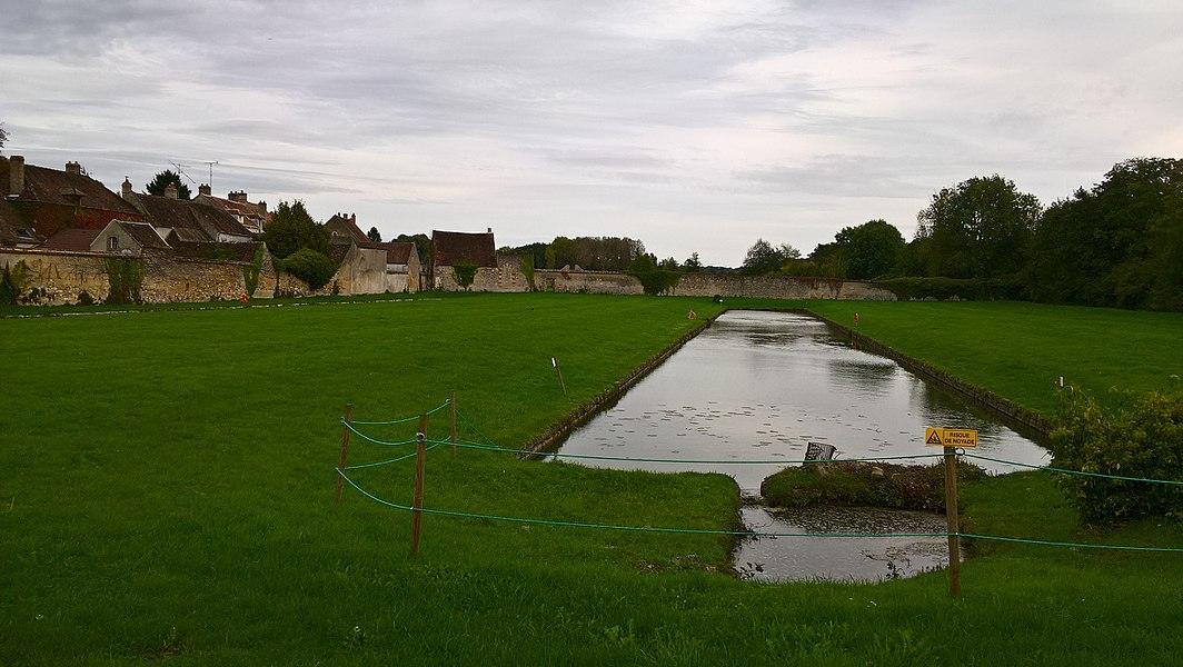 Vallery, bassin des anciens jardins du château.