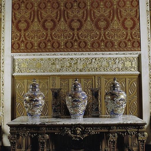 Vertrek 0.19 (balzaal) Interieur, detail- tafel tegen de zuidgevel met drie porseleinen Imari vazen - Haarzuilens - 20381136 - RCE