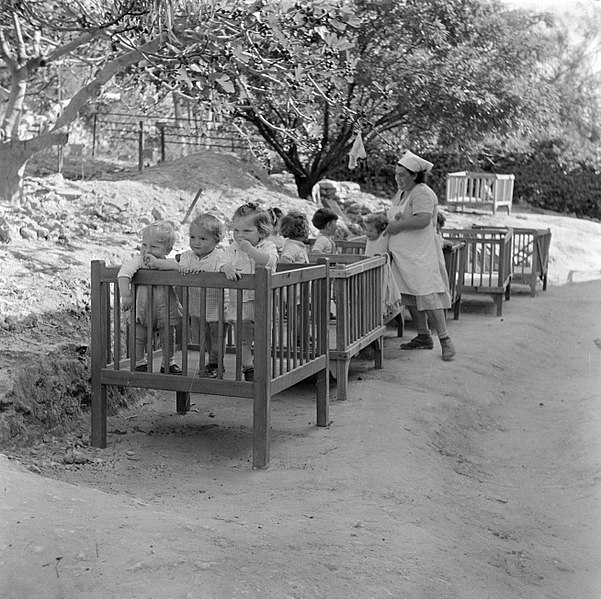 File:Verzorgster en peuters in boxen bij de kinderopvang ...