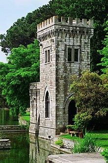 La torretta della villa Orlando, che si affaccia sul Lago di Massaciuccoli