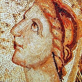 Деталь принцессы Скироса (из более крупной сцены Илиады, изображающей её и других принцесс[en], заискивающих перед Ахиллом, видя как Одиссей смотрит), из виллы Ла-Ольмеда, Испания, IV-V века н. э.