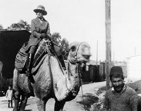 Vivi Gjerstad rider kamel. Nicosia - SMVK - C02410.tif