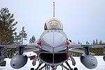 Vooraanzicht-van-een-f-16-in-de-sneeuw.jpg