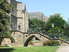 La cathédrale en arrière plan des Jardins Pierre-de-Ronsard.