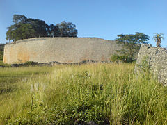 Wall of the great enclosure (far), Great Zimbabwe.JPG