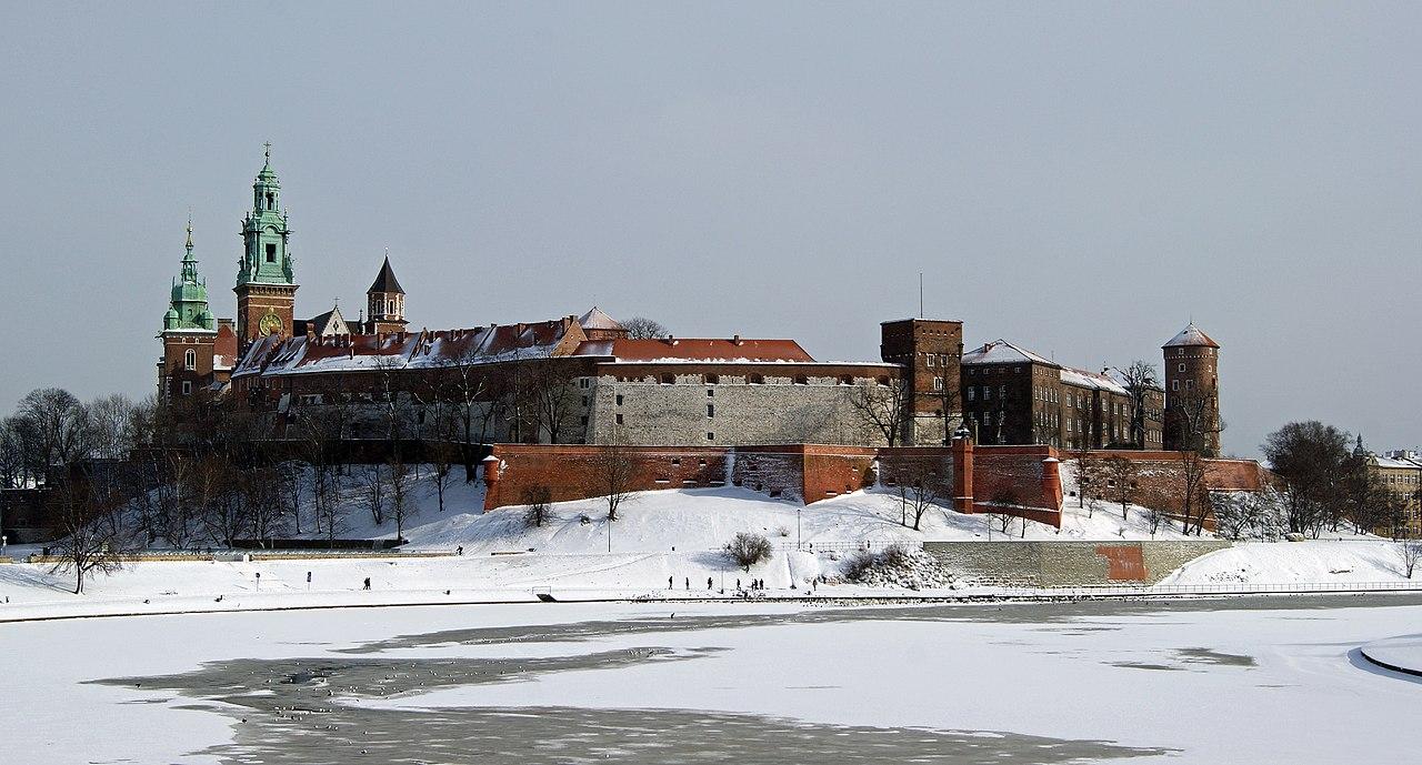 https://upload.wikimedia.org/wikipedia/commons/thumb/2/22/Wawel_hill%2C_Old_Town%2C_Krakow%2C_Poland.JPG/1280px-Wawel_hill%2C_Old_Town%2C_Krakow%2C_Poland.JPG