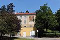 Wien-Penzing - Gemeindebau Rosentalgasse 15 - Ansicht mit Mosaik Sonnenuhr.jpg