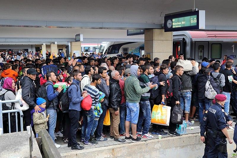 Datei:Wien - Westbahnhof, Migranten am 5 Sep 2015.jpg