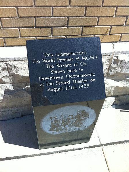 File:Wizard of Oz (Oconomowoc).JPG