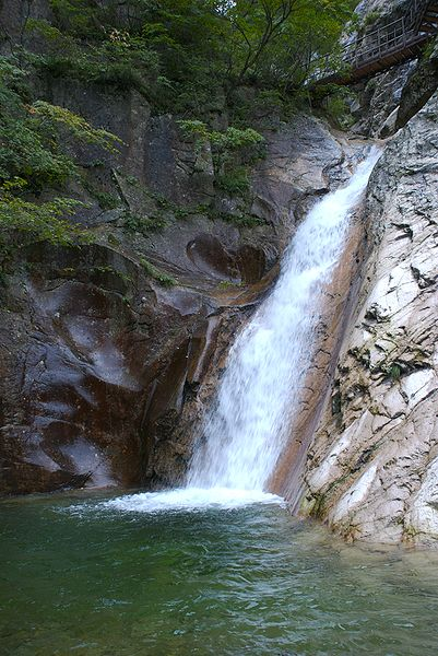 File:Yong Waterfall at Seoraksan.jpg