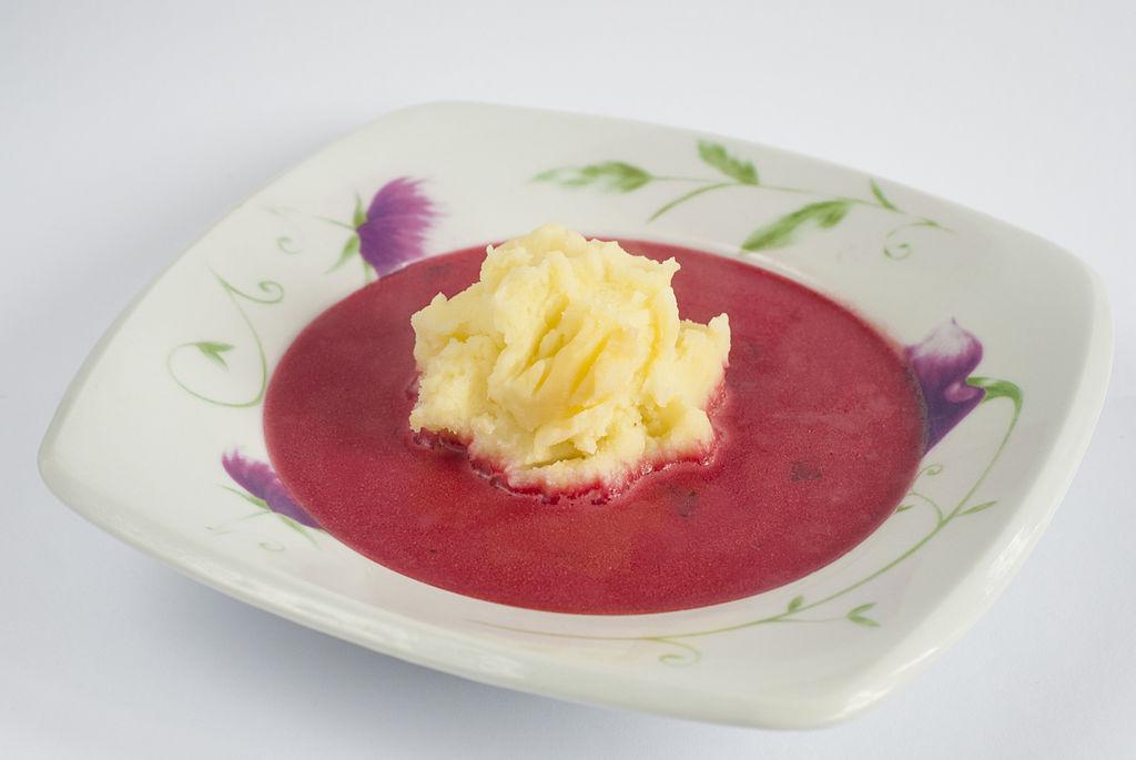 Botwinka, soupe polonaise de jeunes pousses de betteraves.