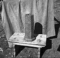 """""""Možnar"""" - včasih so z njim streljali, zdaj služi za domače nakovalo (""""nákualu""""), Manče 1958.jpg"""