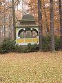 Český Krumlov, zámecká zahrada, pohled na altán.JPG