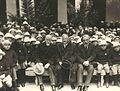 Ο Ελ. Βενιζέλος με αποκατασταθέντα πρόσφυγα το 1924. Διακρίνεται ο Υπουργός Πρόνοιας Δοξιάδης.jpg