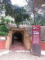 16 Refugi antiaeri del Parc Dalmau (Calella), entrada i plafó informatiu.jpg