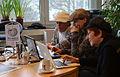 2015-02-09 Beginn einer Wikipedia-Schwarmkunst-Offensive im Wikipedia-Büro Hannover, Teamarbeit.jpg