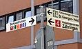 2017-07-30, Umbau des Verkehrsknotens am Siegesdenkmal in Freiburg, Wegweiser zu den Haltestellen.jpg