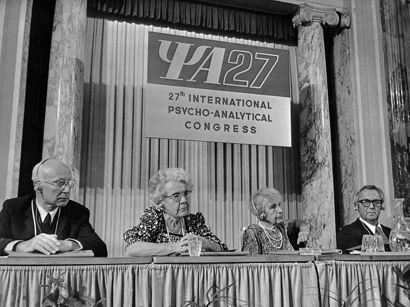 Ana Frojd sedi treća sleva [Wikimedia.Commons (foto: Basch/Opdracht Anefo)]