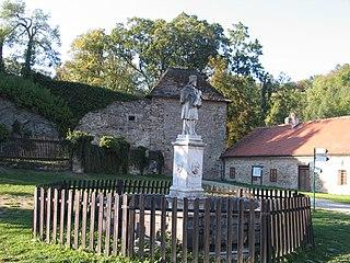 Kašna se sochou svatého Jana Nepomuckého v předhradí hradu Pernštejn