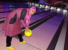 275px-A_woman_bowling_during_45th_Victory_Day_celebration_Bowling_Tournament%2715_in_Dhaka%2C_Bangladesh.JPG
