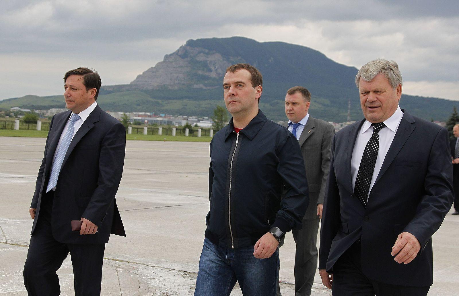 File:Aleksandr Khloponin, Dmitry Medvedev and Valery Zerenkov 18 June 2012.jpeg - Wikimedia Commons