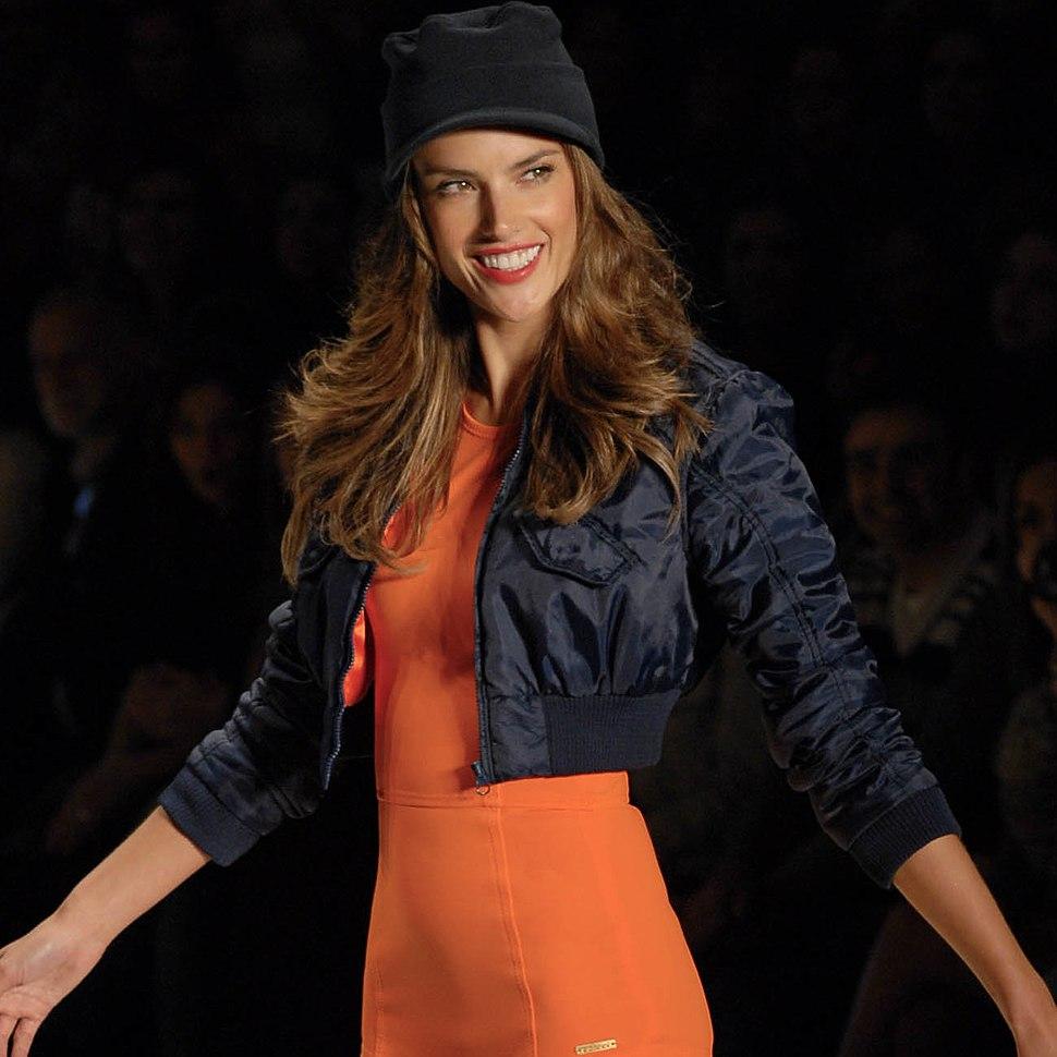Alessandra Ambrosio confirmando o laranja como tendência para o verão @ São Paulo Fashion Week em Junho de 2011 (cropped)