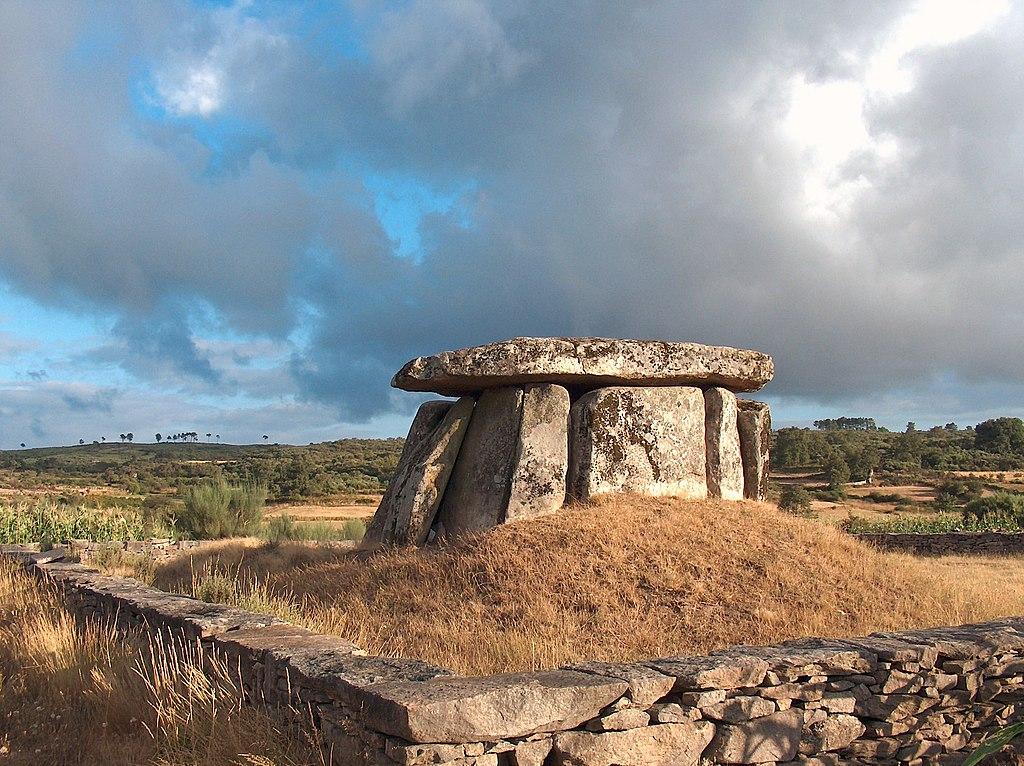 Le dolmen Anta de Pendilhe, au Portugal. (définition réelle 2608×1952*)