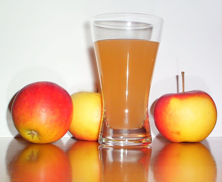 پرونده:Apple juice with 3apples.jpg
