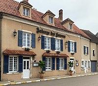 Auberge des Sources (Druyes-les-Belles-Fontaines) en juin 2019.jpg