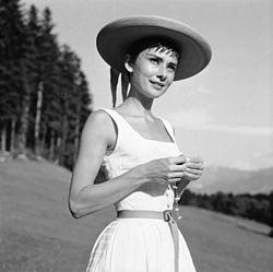 Audrey Hepburn in einem weißen Kleid