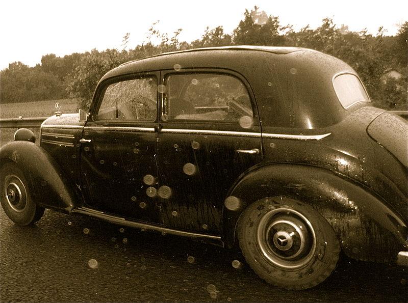 File:Auto d'epoca in autostrada.jpg