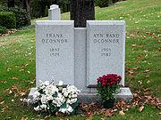 2つの墓標がセットになり、左側に「Frank O'Connor」、右側に「Ayn Rand O'Connor」と刻まれている。