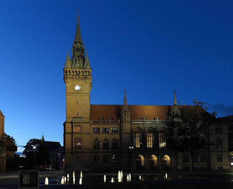 Die Liste der Brunnen in Braunschweig 800px-BS_Rathaus_abends