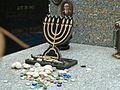 Bagneux Tombe Israélite Menorah petits cailloux multicolores.jpg