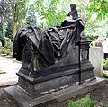 Baron Carl Otto Unico Ernst von Malortie Grabmal mit Figur von Carl Dopmeyer, Figur und Grabtafel Herrenhäuser Friedhof Hannover Herrenhausen.jpg