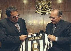 O Entao Presidente Do Botafogo Bebeto De Freitas Entrega Ao Presidente Do Senado Renan Calheiros Uma Camisa Do Botafogo Com O Nome Do Jogador Nilton