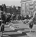 Belangstellenden leggen bloemen bij het Monument op de Dam tijdens dodenherdenki, Bestanddeelnr 926-3890.jpg