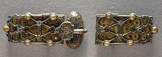 Plaque-boucle et contre-plaque de ceinture provenant de la parure de la reine Arnegonde (v. 515-573), femme de Clotaire Ier (511-561), roi des Francs.