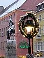Bertoldsbrunnen mit Schnee und Weihnachtsbeleuchtung 3.jpg