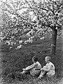 Bloeiende fruitboom in de Betuwe met van der Polls stiefdochters Hans en Renée, Bestanddeelnr 189-1393.jpg