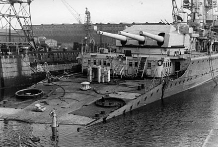 "Lutzow in Kiel after being torpedoed by the British submarine Spearfish on her way back from Norway Bundesarchiv Bild 101II-MN-1038-06, Kiel, Schwerer Kreuzer ""Lutzow"".jpg"