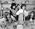 Bundesarchiv Bild 183-1989-0215-019, Göpfersdorf, Teilnehmer des Keramikzirkels.jpg