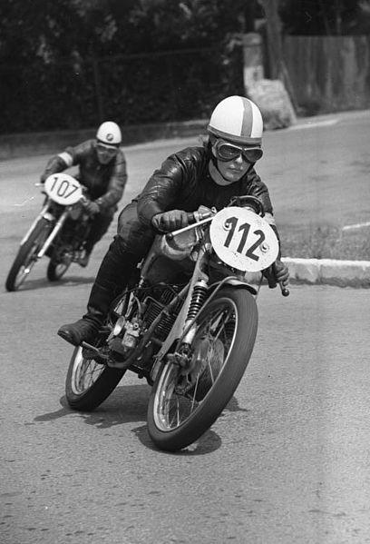 Moto (nom féminin) 408px-Bundesarchiv_Bild_183-B0715-0007-002%2C_Schleizer-Dreieck%2C_Motorradrennen
